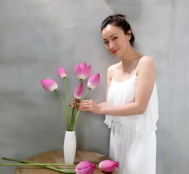 她曾貌美如花,婚後淡出相夫教子被嘲笑「太邋塌」....如今「優雅大變身」驚豔眾人!