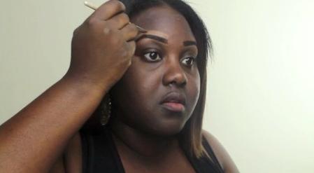 黑人美女化妝後去相親,抹掉半公斤粉底後,男方直呼對她一見鍾情!