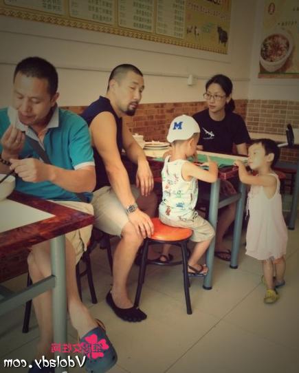 50歲吳倩蓮全家近照,素顏憔悴顯老,丈夫粗獷體貼兒子可愛健康