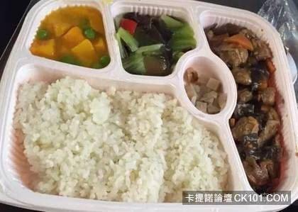 這是飛機餐嗎...強國火車便當慘不忍睹「簡直吃噴」 台灣連月台便當都屌打:台鐵完勝