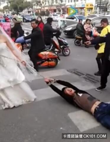 「你必須跟我結!」逃婚新郎被逮到...超狂強國新娘直接硬上「鐵鍊」拖走:以後慘了(影)
