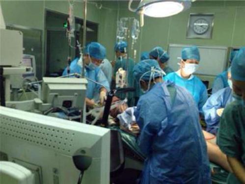 懷雙胞胎8個月,孕婦卻執意打掉孩子,聽完婆婆的痛訴,護士哭了
