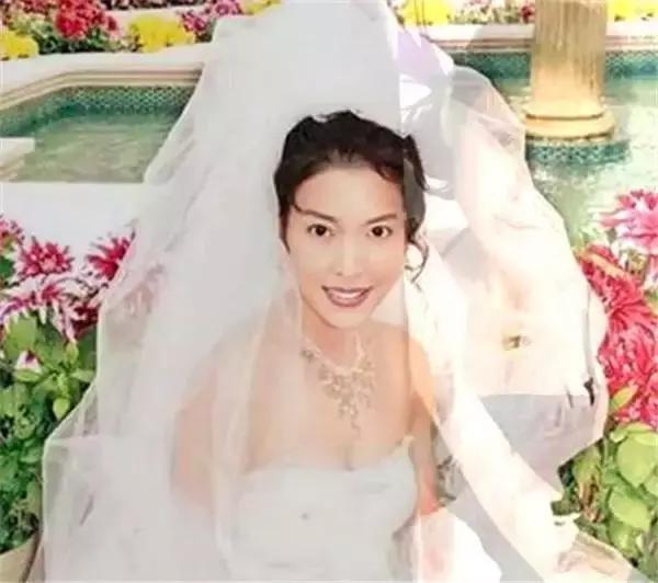 19歲出道,曾愛戀吳鎮宇和何家勁,歷經三段戀情,如今幸福美滿!