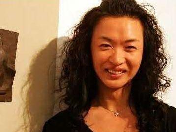 變性22年,只有穿上旗袍才勉強像個女人,看完她的素顏照不要吃驚
