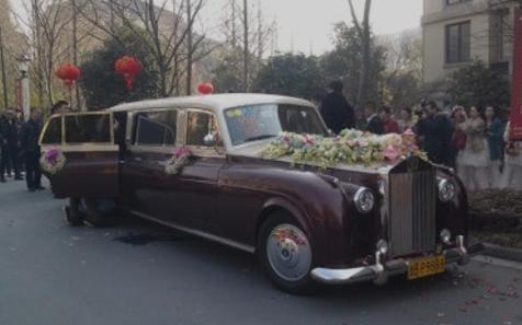 小伙開四輛千萬勞斯萊斯去鄉下接親:懂車的老丈人竟不讓女兒嫁了
