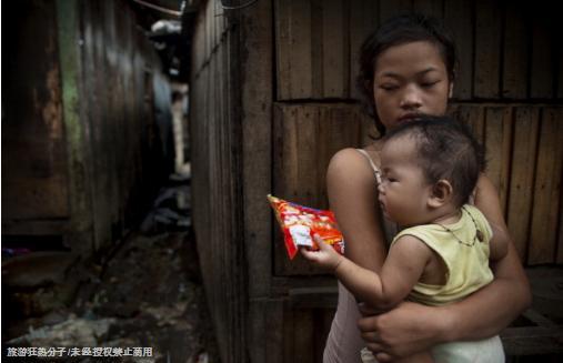 菲律賓小城裡的少女媽媽帶著孩子任遊客挑選