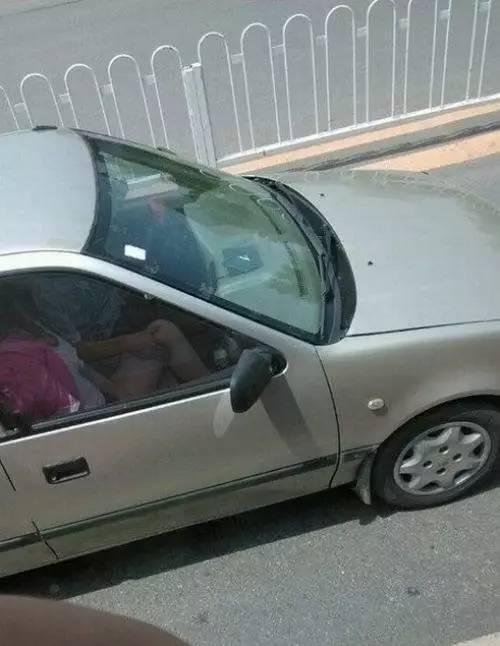 開車不摸奶  摸奶不開車  被拍下來了  太不要臉了