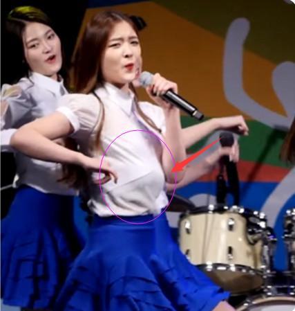 韓國女團在跳舞時「胸部突然滑到肚子上」,觀眾直接看懵了