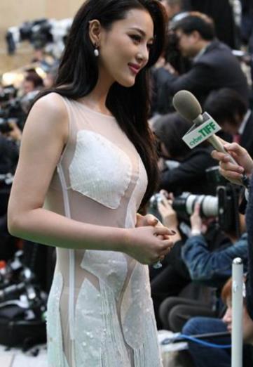 30歲張馨予參加活動撈金,穿著引網友炮轟:穿成這樣還不如不穿!!