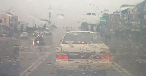 車內玻璃起霧,千萬不要再「開冷氣」,快告訴給你開車的朋友知道...