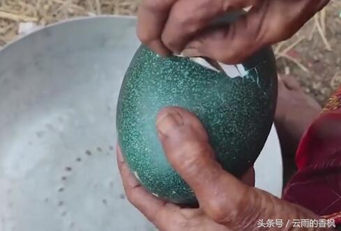 老奶奶撿到一個「綠殼」的蛋,用斧頭才能敲開,敲開後高興壞了