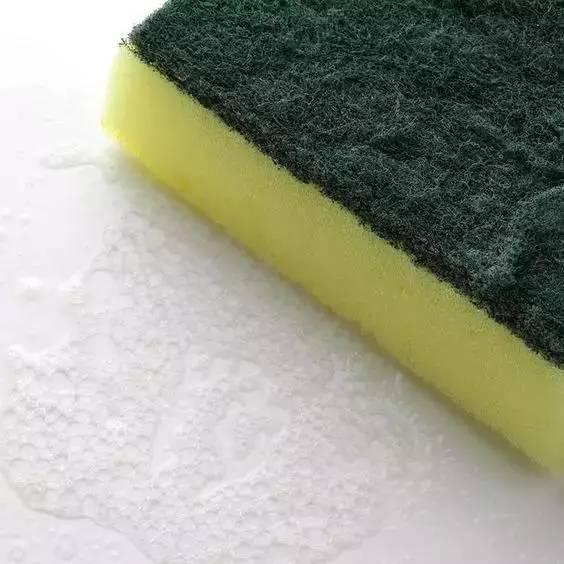 洗衣服時不小心把「衛生紙洗了」?教你一招,輕鬆去除碎紙屑!超實用哦!