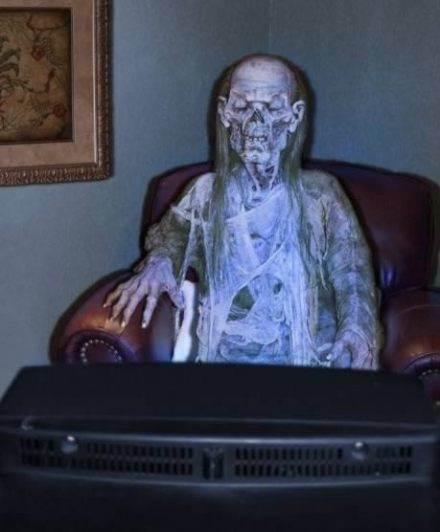 一個死後坐在她電視機前長達42年的女人! 死了很多年後才被發現,寂寞死了。 。 。 -1.jpg