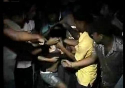 20歲少女遭20男「輪流硬來」,男友慘被毆打強逼「睜眼觀賞」