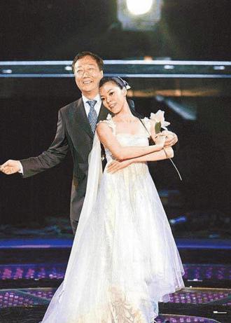 為嫁60歲千億豪門,擠掉自己的學生林志玲,6年生3娃