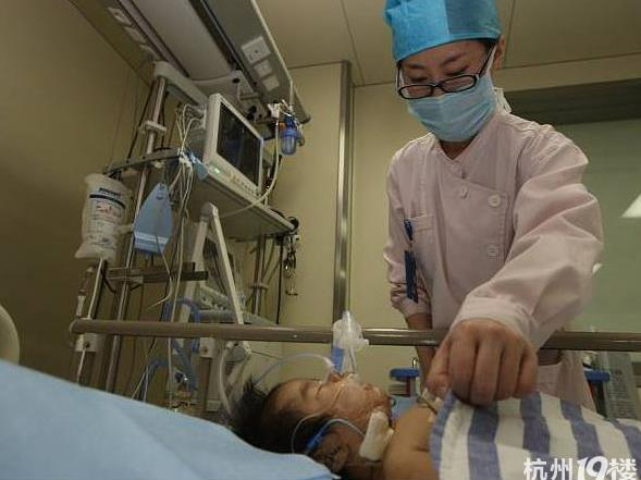 孩子一出生就抱著一具「屍體」把醫生給嚇壞了!經檢查後,沒想到竟然是.... 父母