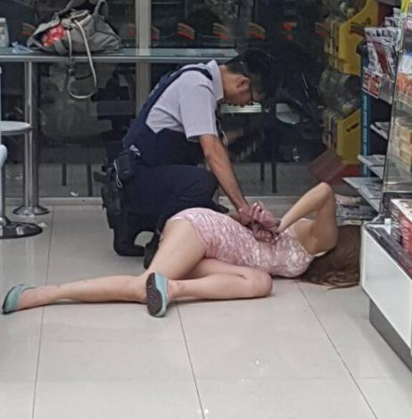 警察當場將女嫌犯壓倒在地,現場的人都只注意到她的「超火辣身材」,沒想到「頭一轉過來」大家都看呆了!