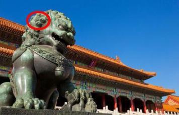 一名女網友分享和奶奶去「北京故宮」出遊的照片,才剛打開爺爺竟「臉色鐵青」大喊「很危險,快刪掉」