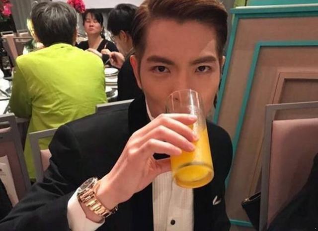 蕭敬騰參加哥哥婚禮,被拍到和緋聞女友一同出席,這眼神很有戲!
