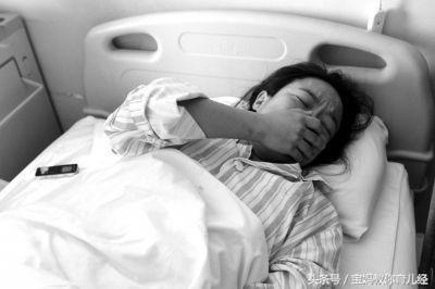 四胞胎孕媽38週遲遲不生,婆婆跪求阻止手術,剖開肚子醫生被嚇暈