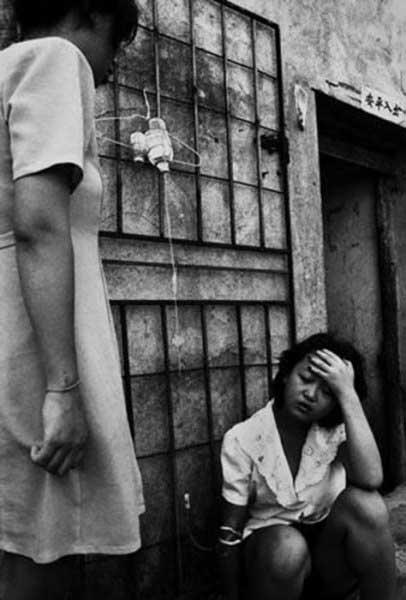 冷血攝影師拍下「賣身女村」的超真實面貌,裡面最年輕的女孩空洞的說:「一天13人,連穿褲子的力氣都沒有...」