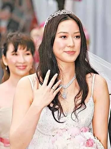 15歲被富商追,24歲嫁豪門,現在她已過上王妃般的生活