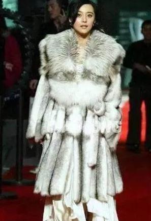 劉嘉玲百萬皮草傍身,范冰冰一出場全瘋了:像幾百隻動物趴在身上