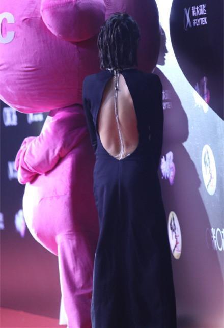 蔡依林這件黑色長裙,正面看平淡無奇,轉身的剎那,世界都靜止了