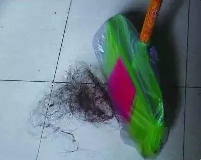 沙發地板粘滿頭髮,隨便找個塑料袋,3秒讓毛髮消失
