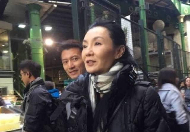 53歲張曼玉和謝霆鋒上街買菜,臉色蠟黃顴骨突出,網友:女神真的是老了,真的不敢相信這是張曼玉