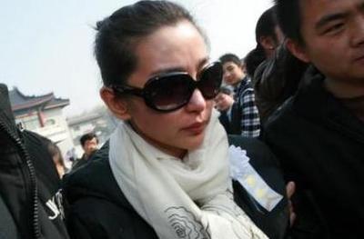 33歲紅顏薄命,穿婚紗下葬,李冰冰哭到暈,趙薇痛到不敢送喪!!