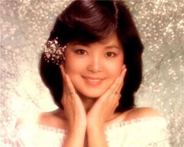 她是七八十年代的情歌指標,被封為「亞洲歌姬」,無奈最終卻被愛情誤了終身!
