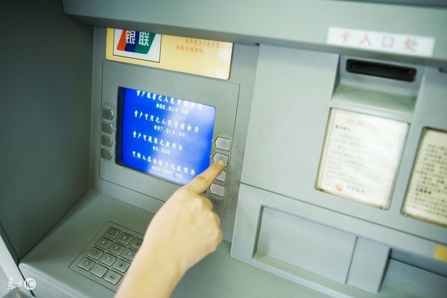 照顧婆婆十五年,她去世後給我一個銀行卡,查了余額後我報了警