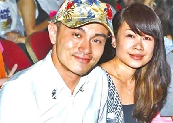 42歲「小張國榮」全家照,妻子出身億萬豪門,2個兒子超級帥!