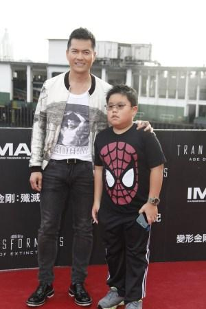 為老婆放棄周海媚和鄺美雲,兒子15歲長這樣,網友們說是報應 !