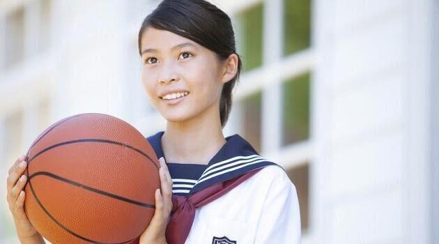 女儿在学校打架被留校查看,她说出一个秘密,我决定给她转学
