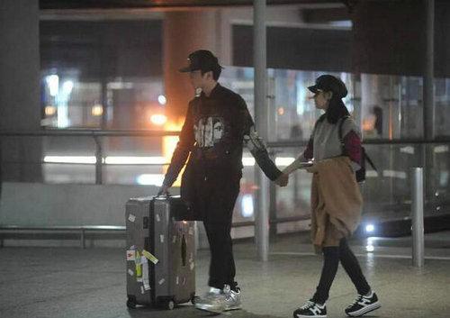陳曉暴脾氣來了? 機場臉黑的像鍋底,陳妍希求原諒的姿勢看的心酸