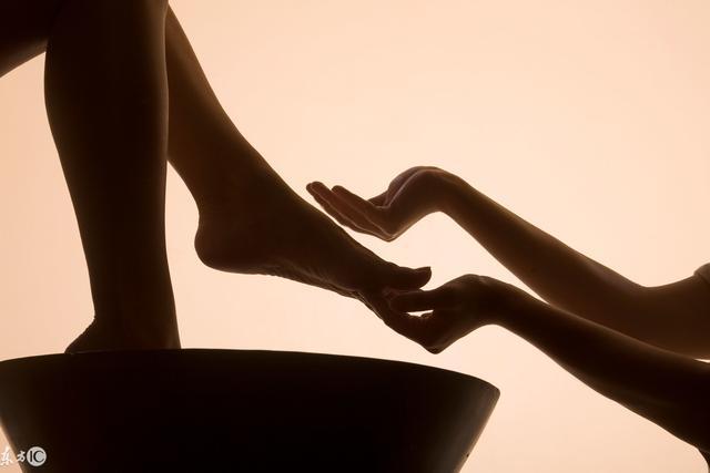 冬天泡腳好處多 但這一類人一定不能泡腳會產生的疾病。若選擇用熱水泡腳
