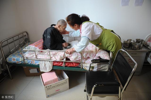 父親重男輕女,讓女兒給兒子買房,半年後病重住院才知自己做錯