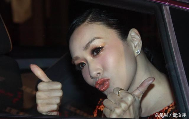 鐘麗緹近照曝光,車內對著鏡頭嘟嘴賣萌,大秀表情,網友注意力卻在第一張