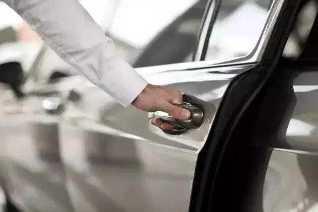 用力關車門,傷的不是車