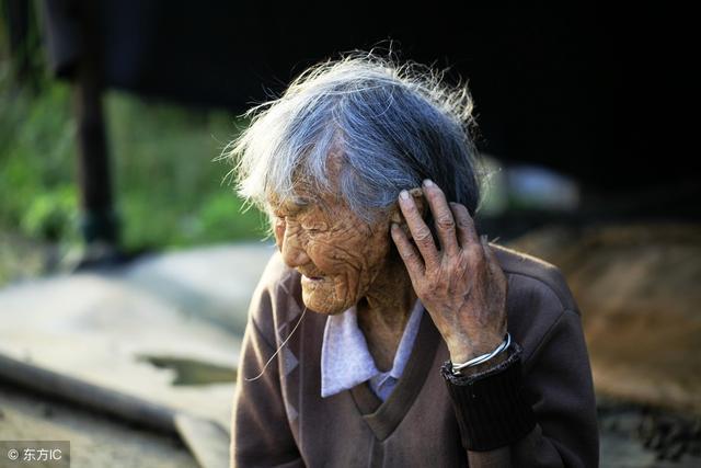 老太太病故7天發臭,3個閨女捂鼻遠離,兒媳婦穿壽衣時愣了
