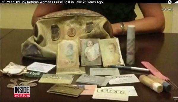 手袋中的物品包括珍貴的照片和主人的信用卡、化妝品等。(視頻截圖)