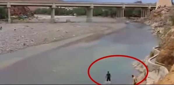 這男子河邊玩耍,突然察覺河道異樣,迅速逃離後,事後發現自己剛才竟然與「死神」擦肩而過,這究竟發生了什麼?(視頻)
