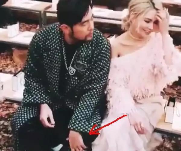 周杰倫陪愛妻參加巴黎時裝周「這些行為糗到爆……」成全場笑點,昆淩一臉嫌棄:「早知道不該帶他來!」