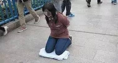 老公出軌,老婆卻跪在樓下求原諒,鄰居都說女子活該