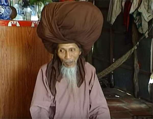 這位越南老人留了50年長發已重達10公斤!當他去世後把頭套拿下的那一刻,所有人都被嚇到!