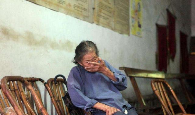奶奶癱瘓,爸媽躲著不回家,我辭工去照顧,奶奶去世後他們悔斷腸