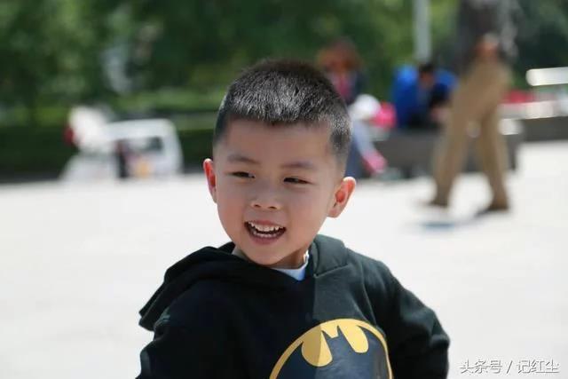 四歲男孩喊肚子疼,父親帶他醫院檢查,醫生瞞著父親報了警!