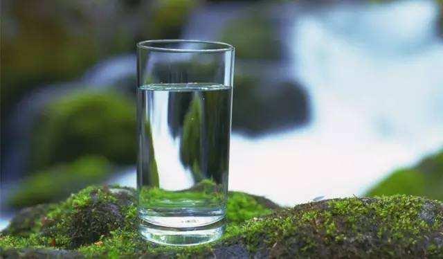 睡前、早上要不要喝水?關於喝水的這幾個問題,終於都說清楚了!